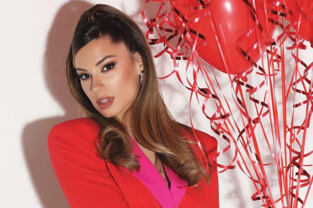 Pevačica Sara Jovanović zavodljivim pokretima oduševila obožavaoce i pokazala idealno telo!