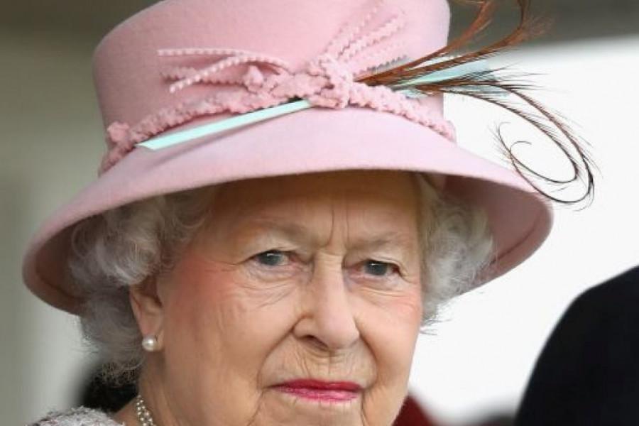 """Svi se smeju osim kraljice: Elizabetu Drugu izbacila iz takta """"nepristojna"""" životinja (foto)"""