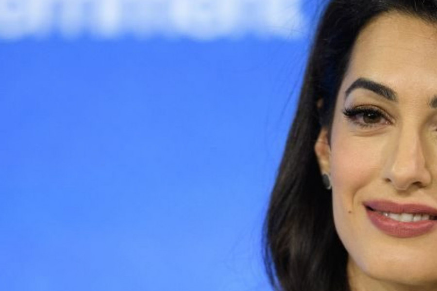 Amal Kluni uvek bira belo : Ležerna elegancija kraljice biznis stila (foto)