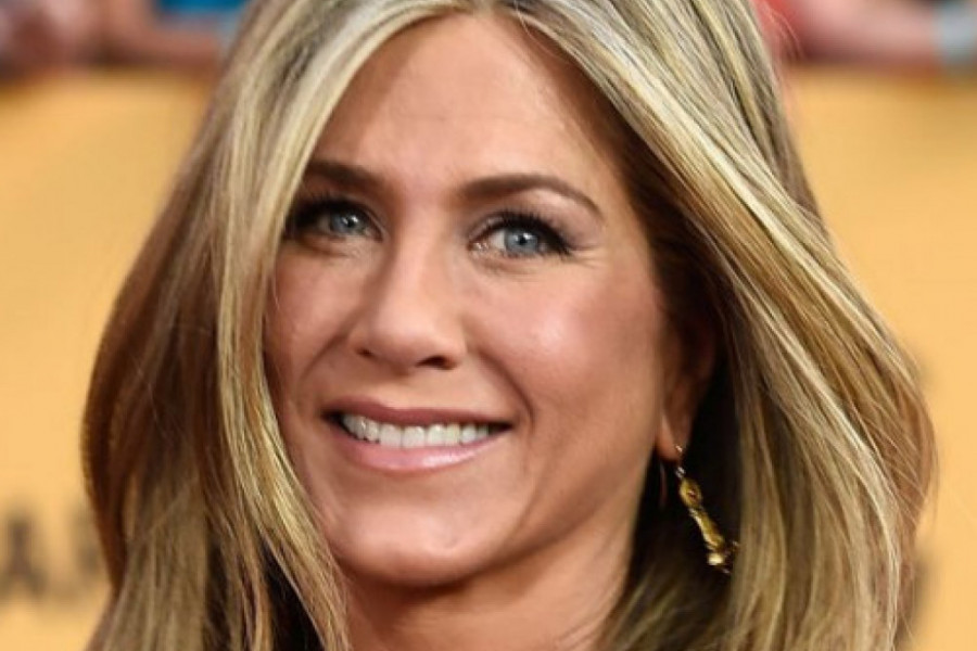 Seksi koža, bez grudnjaka: Omiljena stilska kombinacija Dženifer Aniston za crveni tepih (foto)