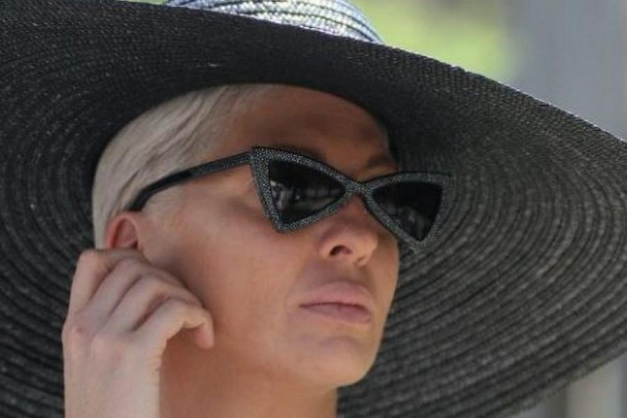 Jelena Karleuša spremna za plažu: Modni defile, seksepil i Versace (foto)
