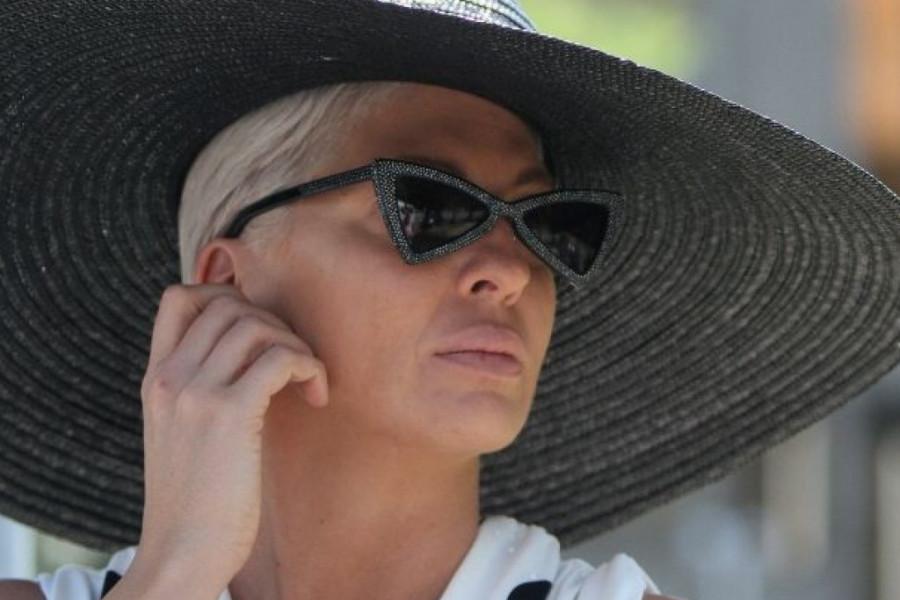 Jelena Karleuša i Chanel: Atraktivne crno-bele tufne, šešir i tamne naočare za neuspeli susret s Cecom (foto/video)