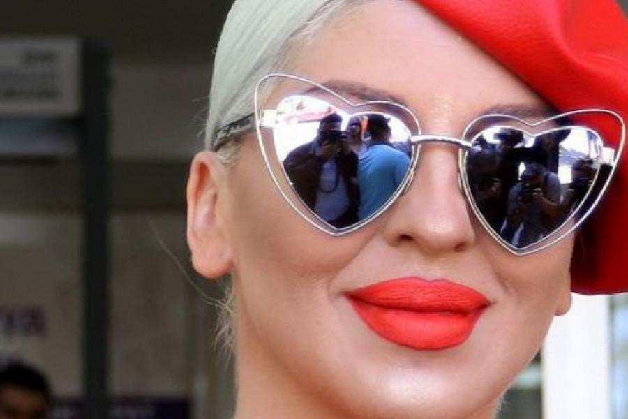Šik frizura i srebrni minić: Jelena Karleuša u proverenoj kombinaciji pobrala sve pohvale (foto)