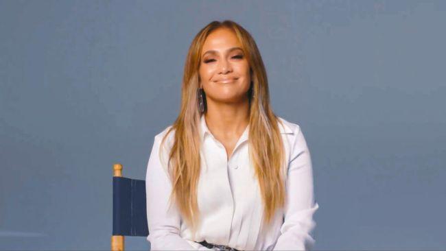 Dženifer Lopez ponovo dominira crvenim tepihom, međutim njena frizura iznenadila je kritičare! (foto)
