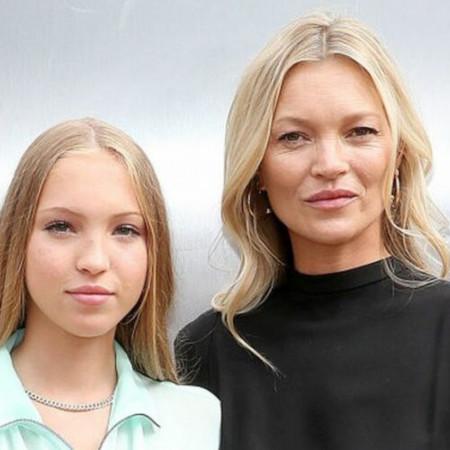 Potpuno zasenila prelepu majku: Ćerka Kejt Mos zablistala je na modnoj pisti u maniru najvećih zvezda! (foto)