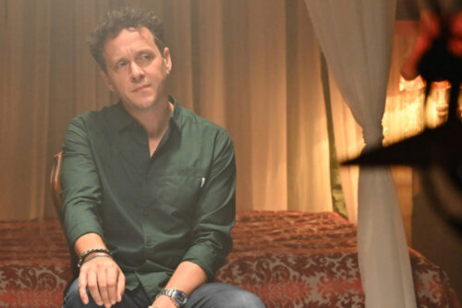 "Popularni pevač Dženan Lončarević i ""Bosonoga produkcija"" predstavili su spot za čuvenu sevdalinku ""Kraj tanana šadrvana"""