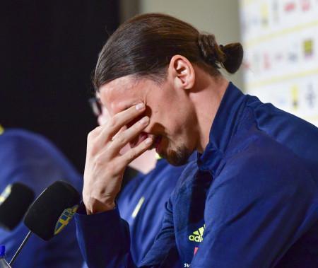 Zlatan Ibrahimović slomio se na konferenciji - Tužna slika obišla svet (foto)