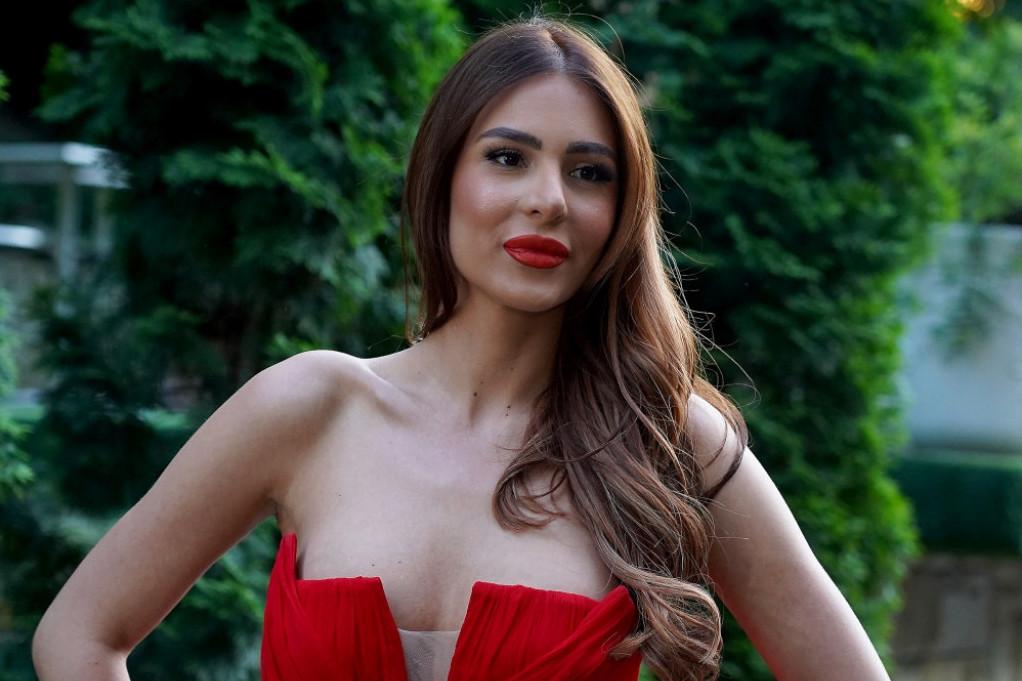Dekolte u prvom planu: Anastasija Ražnatović u izazovnom izdanju, a od njenog dečka ni traga ni glasa