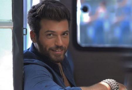 Najzgodniji turski glumac stigao u Beograd: Žene pohrlile u Knez Mihajlovu (Foto)